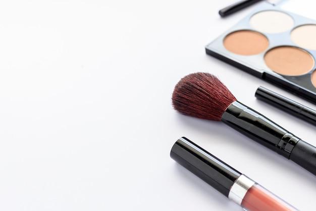 Maquiagem cosméticos na mesa branca com mais luz e foco suave no fundo