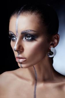 Maquiagem criativa no rosto de mulher, lindos olhos grandes