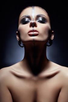 Maquiagem criativa no rosto de mulher