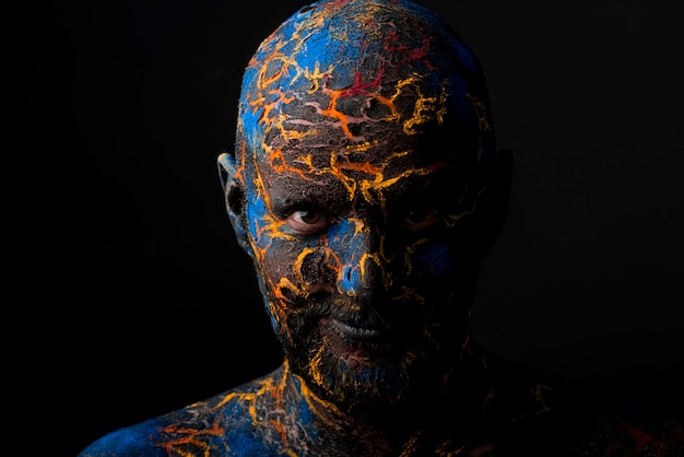 Maquiagem de arte do rosto do homem criativo