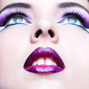 Maquiagem de beleza. maquiagem roxa e lábios coloridos