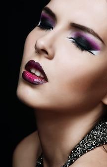 Maquiagem de beleza. maquiagem roxa e unhas brilhantes coloridas