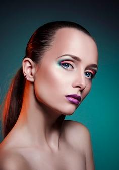 Maquiagem de beleza no rosto de uma menina mulher de cabelo vermelho.