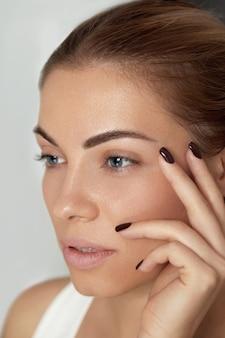 Maquiagem de beleza. rosto de mulher com lindos olhos e sobrancelhas