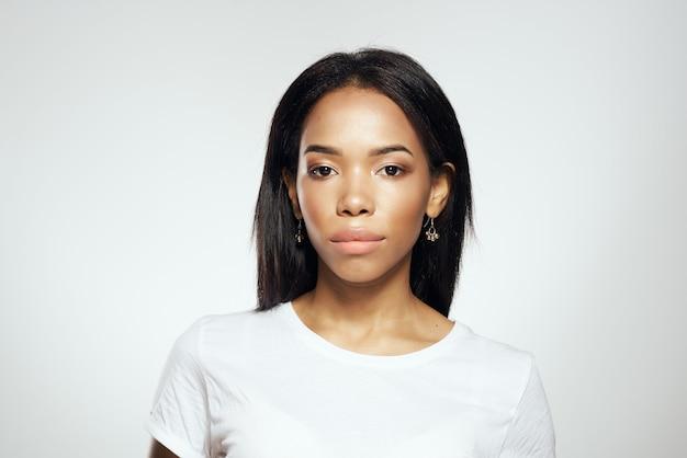 Maquiagem de brinco de joias de aparência africana bonita mulher. foto de alta qualidade