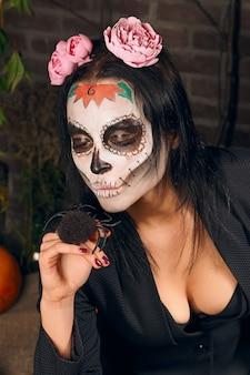 Maquiagem de caveira de açúcar feminino. arte de pintura de rosto.