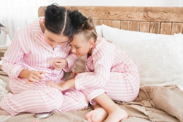 Maquiagem de mãe e filha juntas. pequenas coisas de menina. lazer feminino.