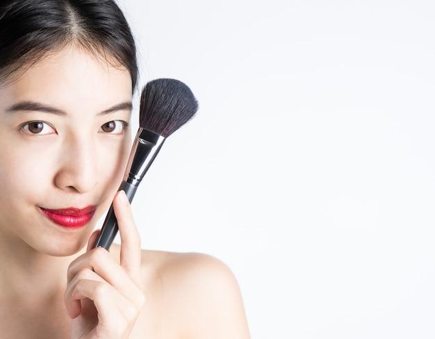 Maquiagem de mulher com blush