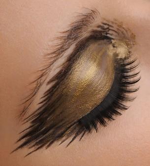 Maquiagem de olho glamour ouro