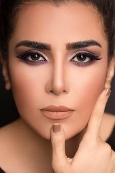 Maquiagem de pele pura feminina com olhos esfumaçados