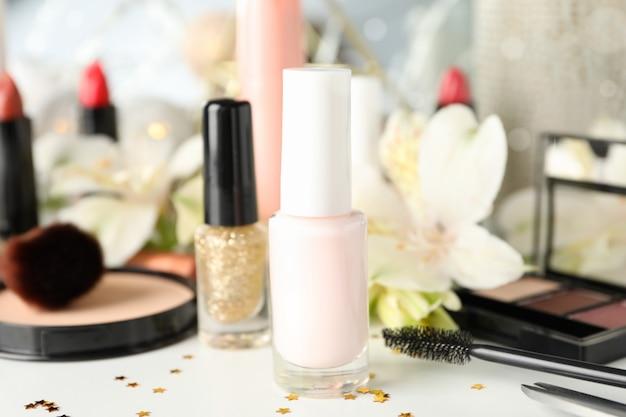Maquiagem diferentes cosméticos e flores sobre fundo branco. acessórios femininos