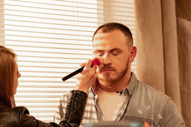 Maquiagem do ator homem antes de filmar de perto