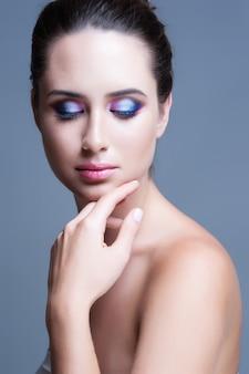 Maquiagem dos olhos. mulher com maquiagem de glitter de olhos lindos. detalhe de maquiagem de férias.