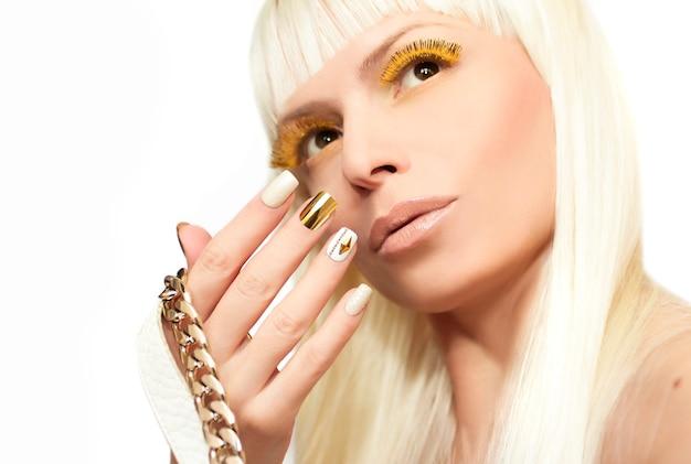Maquiagem e manicure com strass ouro