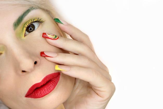 Maquiagem e manicure francesa com cor vermelho amarelo-esverdeado
