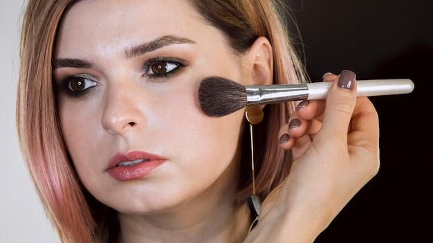 Maquiagem em pó aplicada na mulher