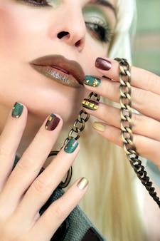 Maquiagem greenbrown e manicure com strass
