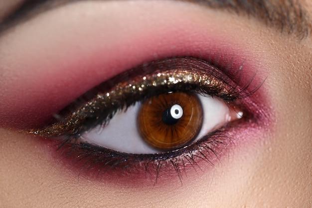 Maquiagem linda em estilo oriental, olho closeup.