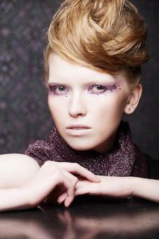 Maquiagem moda criativa bonita.