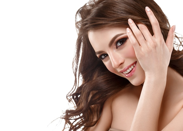 Maquiagem natural mulher retrato cosmético rosto de beleza isolado no branco