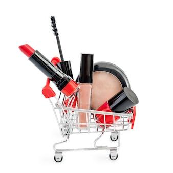 Maquiagem no carrinho de mão isolado no fundo branco. batom vermelho, rímel, brilho labial rosa, pó, esmalte. produtos de maquiagem no tema do carrinho de compras, desconto ou venda. deve ter e favoritos de beleza