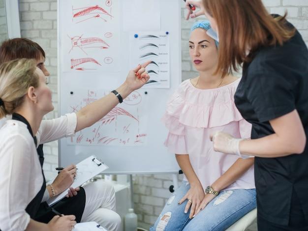Maquiagem permanente. cursos profissionais. estagiárias estudando design de sobrancelhas e novas técnicas.