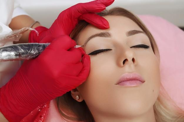 Maquiagem permanente na testa.