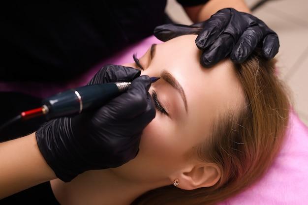 Maquiagem permanente nas sobrancelhas.