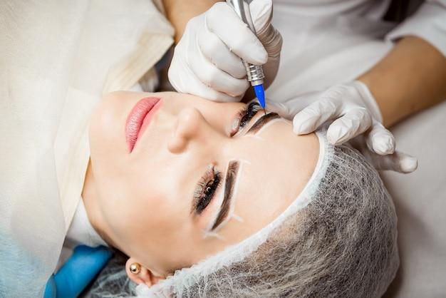 Maquiagem permanente para sobrancelhas.