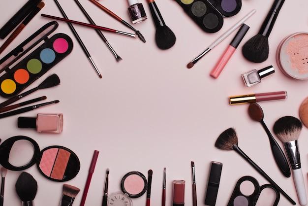 Maquiagem profissional e cuidados faciais em fundo rosa