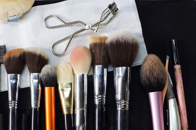 Maquiagem profissional em muitos tipos de tamanho, pronto para trabalhar conceito, close-up