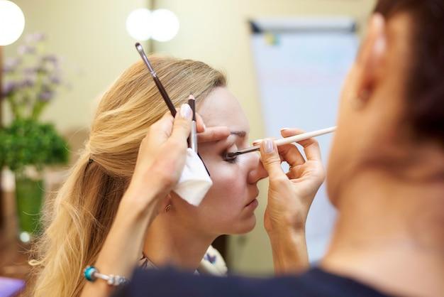 Maquiagem profissional em um estúdio de beleza.