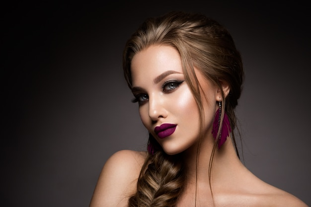 Maquiagem. retrato de glamour do modelo de mulher bonita com maquiagem fresca e penteado romântico.