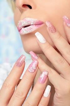 Maquiagem rosa e branca e manicure