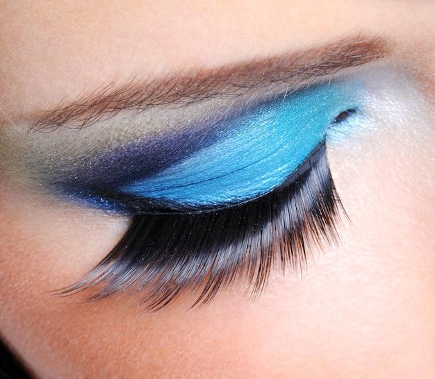 Maquiagem saturada da moda com cílios postiços longos