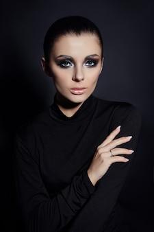 Maquiagem smokey clássica no rosto de mulher