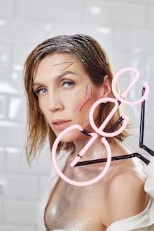 Maquiagem vermelha brilhante no rosto da mulher, cosméticos naturais profissionais para cuidados com a pele