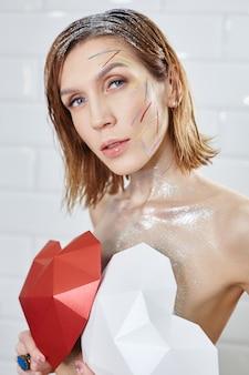Maquiagem vermelha brilhante no rosto da mulher