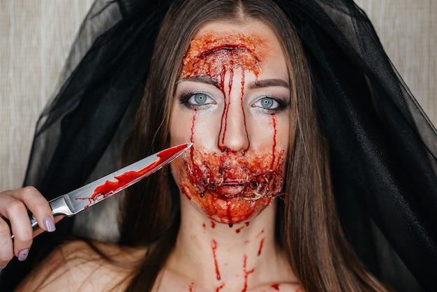 Maquiagens sangrentas assustadoras no halloween. maquilhagem artificial e a ocasião.