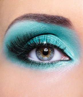 Maquilhagem de glamour turquesa de olhos de mulher - macro foto