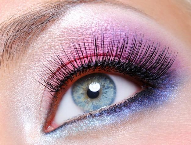 Maquilhagem de olhos com cores saturadas brilhantes - macro