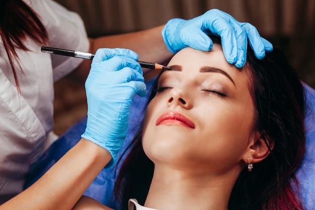 Maquilhagem permanente nas sobrancelhas.