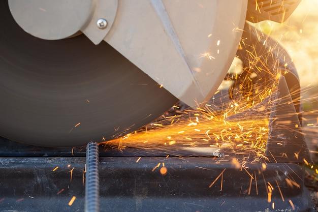 Máquina ao cortar o aço do vergalhão no canteiro de obras