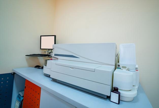 Máquina automática moderna para centrifugação de sangue e urina. fechar-se