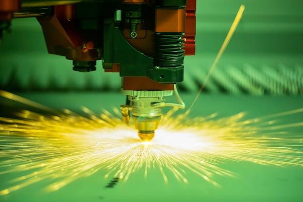 Máquina automatizada programada para processamento de metal