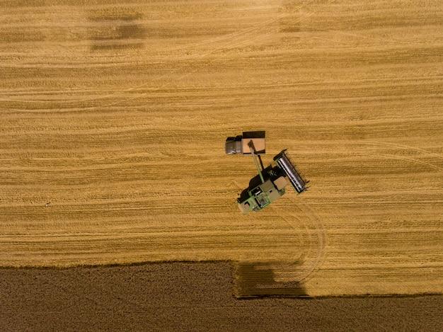 Máquina colhedora trabalhando no campo. vista aérea. vista do topo.