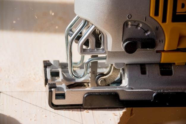 Máquina com a fabricação de produtos de madeira.