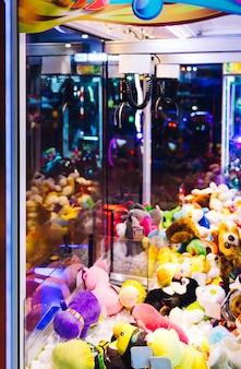 Máquina de arcade de luta com brinquedos de pelúcia