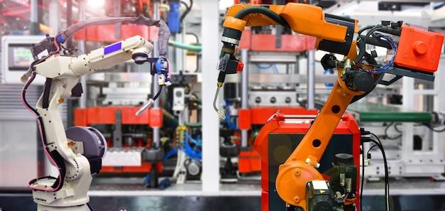 Máquina de braço de dois robôs para processo de embalagem de rolamentos automotivos na fábrica.