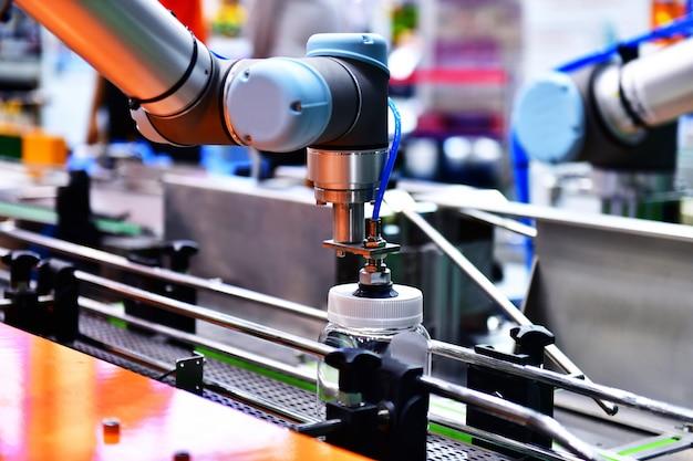 Máquina de braço de robô em uma fábrica